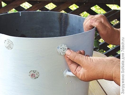 Всю поверхность кастрюли, кроме места для кружевного фрагмента, оклейте кружочками, чтобы получился орнамент в горошек