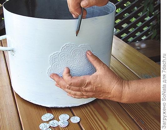 Приложите фрагмент к кастрюле и обведите по общему контуру