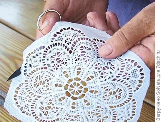 Из виниловой салфетки вырежьте красивый кружевной фрагмент