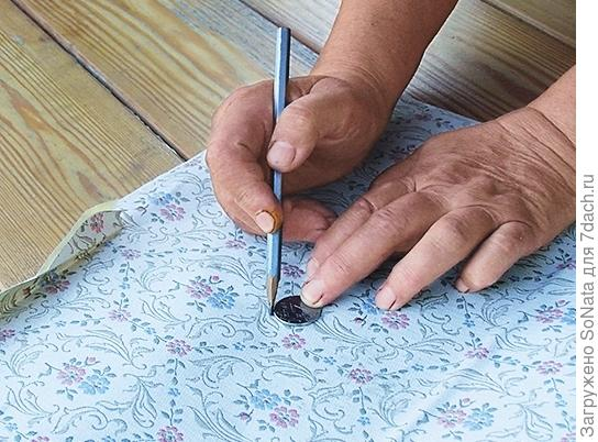 С помощью монетки нарисуйте кружки на самоклеящейся пленке