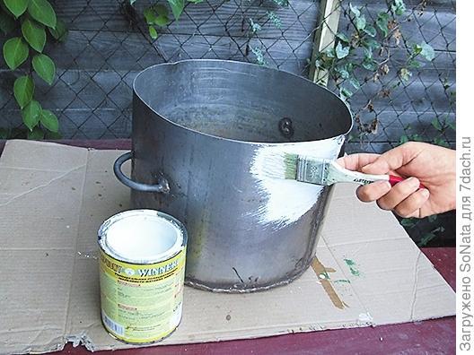 Нанесите на поверхность кастрюли белую краску по металлу и просушите