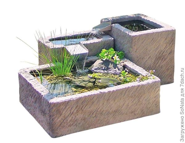 Переносной фонтан из разных по величине емкостей вносит в сад разнообразие и благодаря своему компактному размеру подходит даже для самого маленького участка.