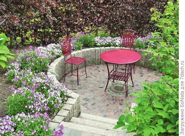 За счет создания разноуровневых площадок можно добиться визуального увеличения пространства сада.