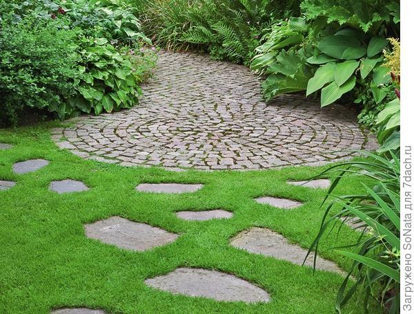 Необычная комбинация камня и газона: мощение заканчивается круглой площадкой и как бы растворяется на газоне в форме отдельно уложенных плиток из природного камня