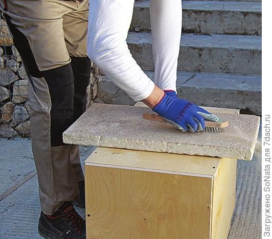 Тыльную поверхность ступеней обработайте металлической щеткой или болгаркой