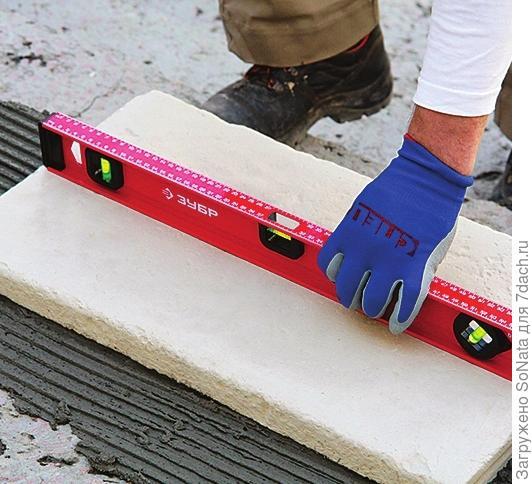 С помощью уровня проверьте наличие небольшого уклона при укладке ступени в направлении спуска