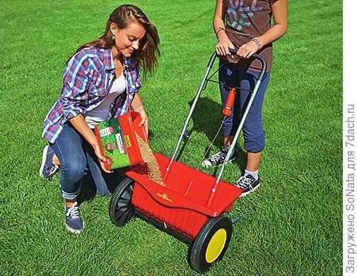 Ручная сеялка на колесах WE 430 (WOLF-Garten) станет надежным помощником при обработке больших участков газона