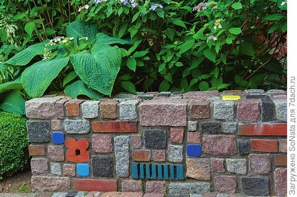 Чтобы расцветить стенку, достаточно покрасить отдельные камни.