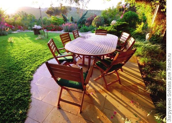 Лучше всего для патио подойдет ровная площадка, открытая для солнечных лучей и расположенная по соседству с домом