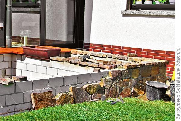Рюдигер покрыл стенки пруда порфировыми плитами.
