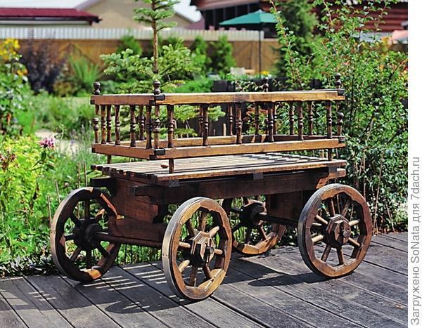 Деревянная телега - уже само по себе украшение.