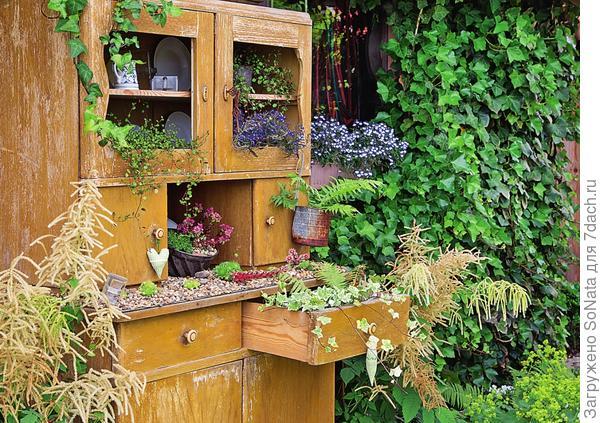Из старого комода получился весьма оригинальный контейнер для цветов.