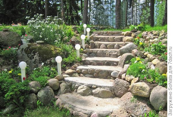 Комплект светильников сделает привлекательным любой участок сада.