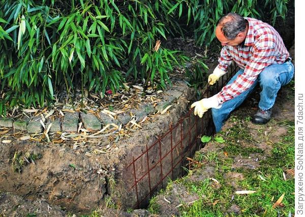 Для укрепления бетона вставьте в ров стальную арматурную сетку и выровняйте, чтобы она шла вдоль стенок траншеи.