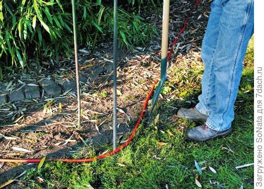Края наметьте штыковой лопатой, выкопайте траншею глубиной 80 см.