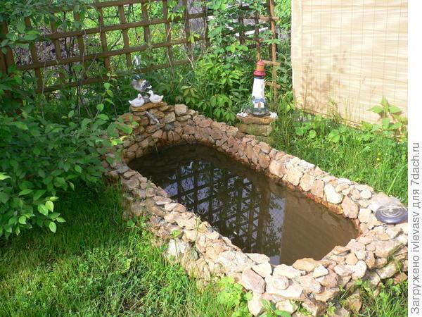 Старая ванна,обложенная камнем.