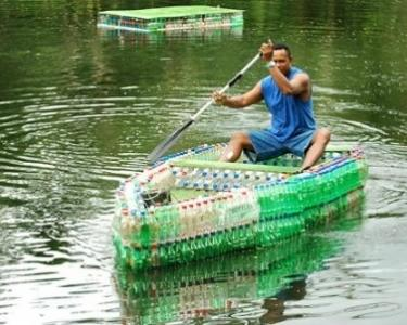 http://lunatiklife.s3.amazonaws.com/222/plastic-bottle-boat-1-450x302__post.jpeg
