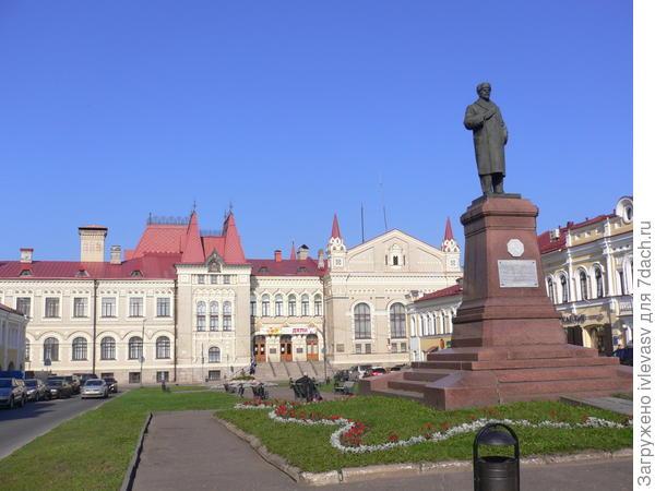 Единственный памятник Ленину в шапке и пальто