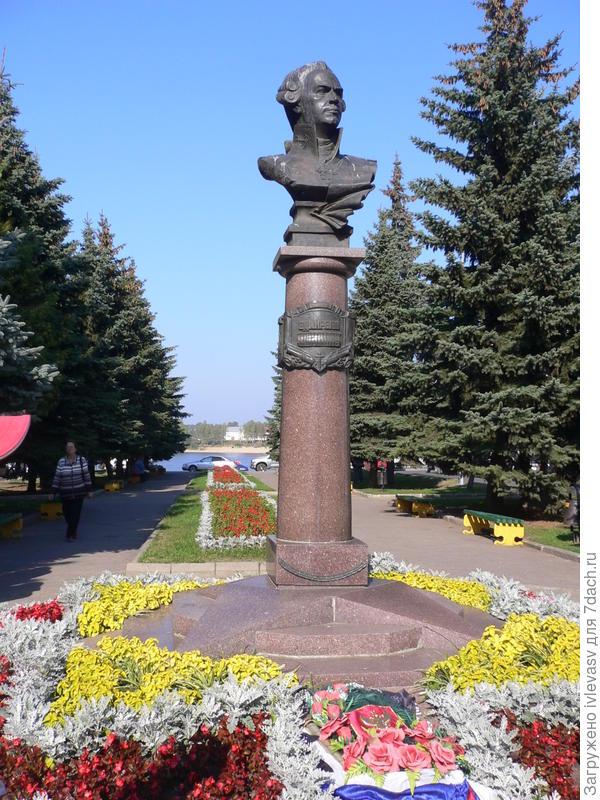 Памятник земляку - Федору Ушакову