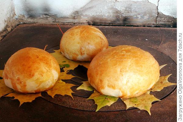 Хлеб на кленовых листьях