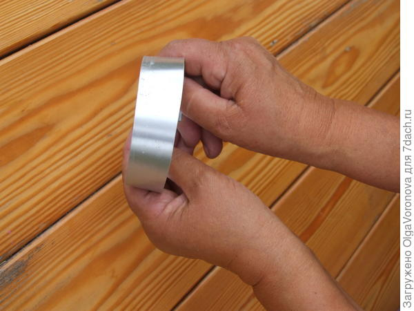 Согните кольцо из жестяной полосы