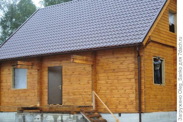 Между верхней частью оконной рамы и венцом оставлен технологический зазор, который будет компенсировать усадку дома