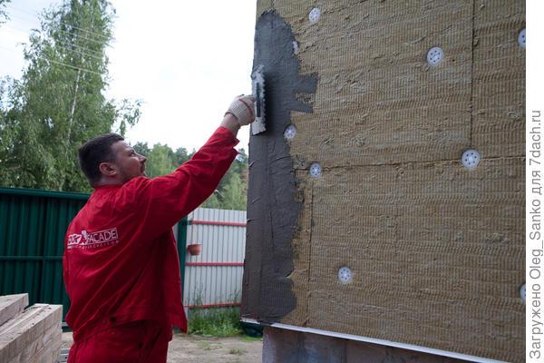 """Крепление теплоизоляционных плит на наружной стене дома. Вариант """"мокрого"""" способа утепления"""