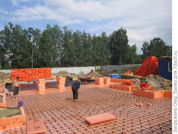 Под бетонную фундаментную плиту в этом проекте подкладывается  10 см слой экструдированного пенополистирола. Потери тепла в грунт здесь будут сведены к минимуму