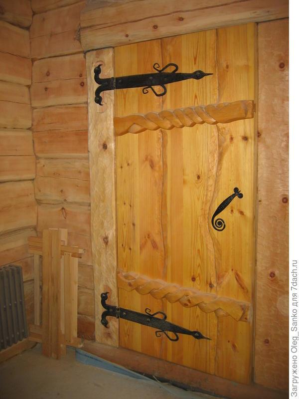 Солидная дверь бревенчатого дома
