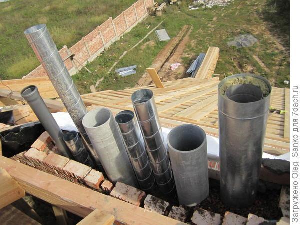 В едином блоке-колодце собраны все дымовые и вентиляционные трубы коттеджа