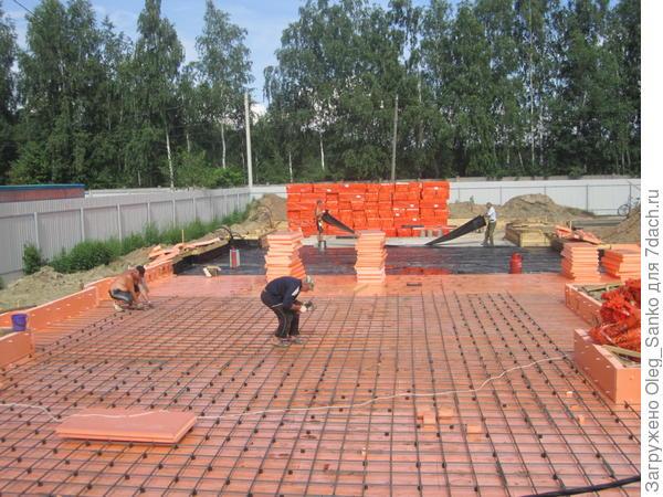 У энергоэффективного дома под фундаментной плитой должен лежать надежный теплоизолятор, лучше - экструдированный пенополистирол.