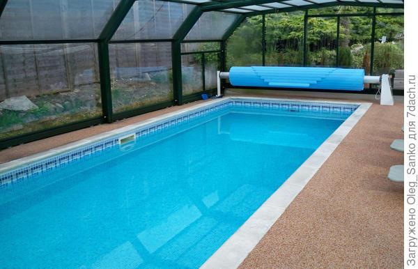 Намотанное на ворот теплоизоляционное покрывало сохранит тепло воды в бассейне. Фото:Proplex
