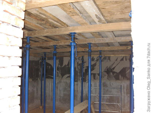 Временные стойки поддерживают монолитное надподвальное перекрытие до нормативного твердения бетона