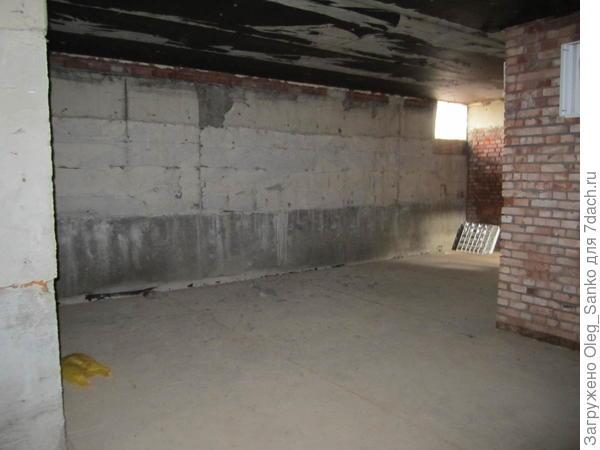 Наружные стены подвала сооружены из фундаментных  блоков