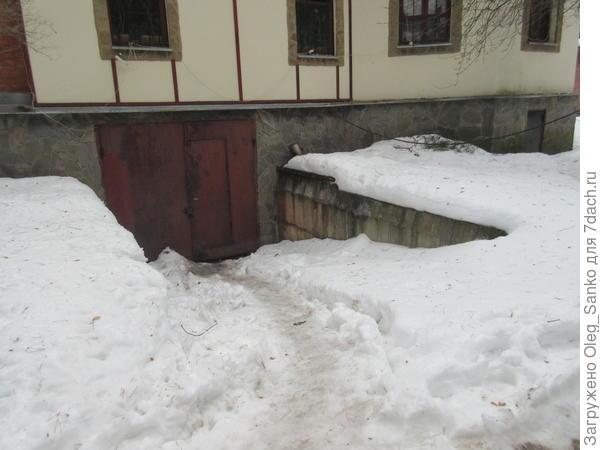 Немало собирается снега на гаражном пандусе