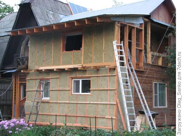 Утепление деревянного дома минераловатным утеплителем.