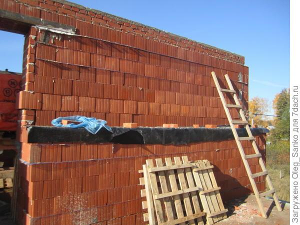 Стена выполнена из блоков