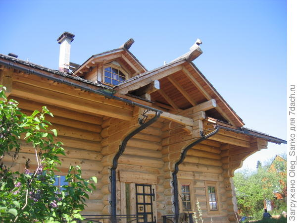 Если дом срублен из толстых бревен, то это тот редкий случай, когда его можно дополнительно  не утеплять
