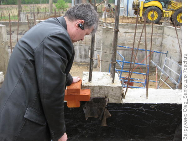 Главный инженер крупного СМУ проводит мастер-класс, как обойти колонну кирпичной кладкой