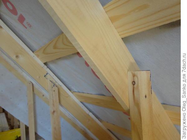 Справа видна стойка, установленная строителями и мешающая прикреплению мембраны. Слева – стойка после укорачивания