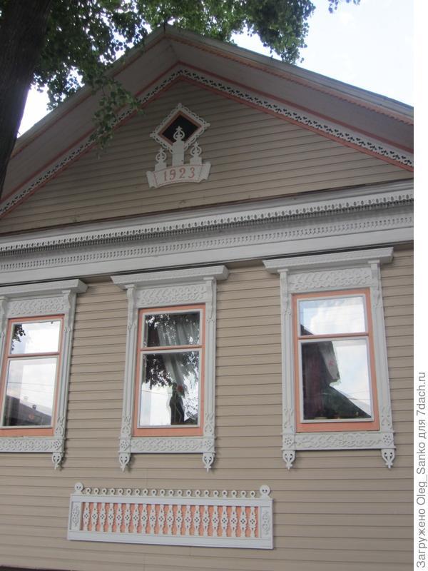 Образец бревенчатого дома с современной облицовкой
