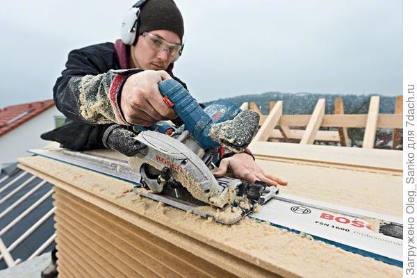 Обратите внимание на трудовую этику - оператор-плотник обязан работать в звукозащитных наушниках