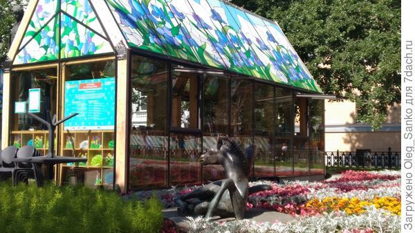 Фрагмент памятника Сергею Есенина теперь в цветах