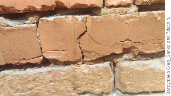 Трещина в керамическом кирпиче