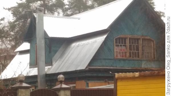 Новенькая крыша на старой даче явно диссонирует