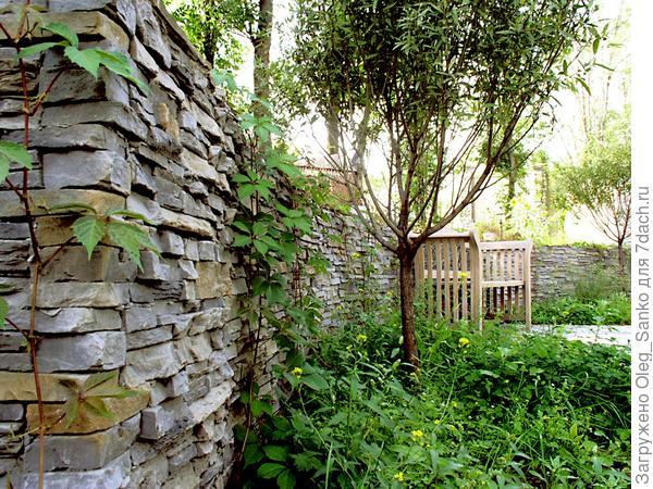 Искусственный камень удачно используется в подпорных стенках