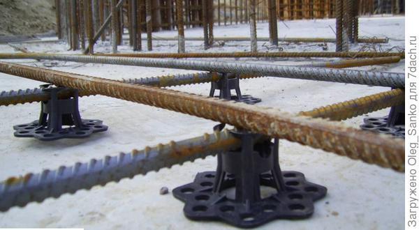 Стульчик, приподнимающий арматуру над поверхностью и обеспечивающий максимальное соприкосновение металла и бетонной смеси.