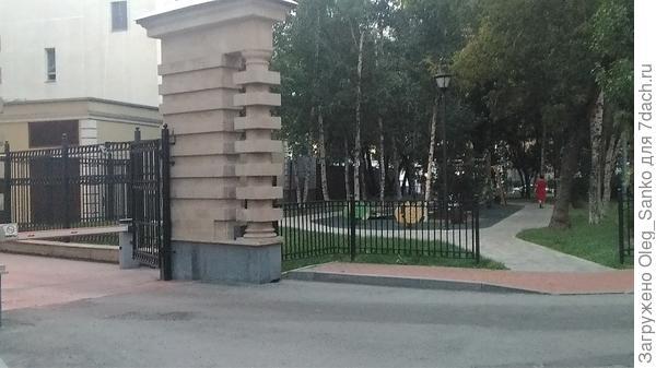 Соседство двух выходов - бесспорная ошибка проектировщиков