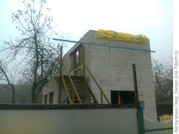 Стены сложены из газобетонных блоков