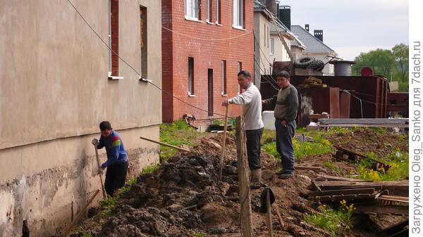 Обнажение наружной фундаментной стены для дальнейшей гидроизоляции